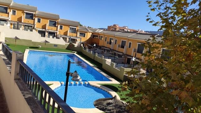 Casa con piscina comunitaria